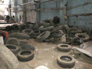 Старые шины на складе