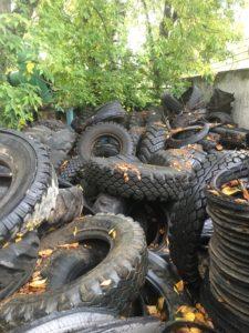 Старые шины на территории